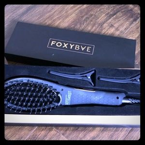 Foxy bae straightening brush